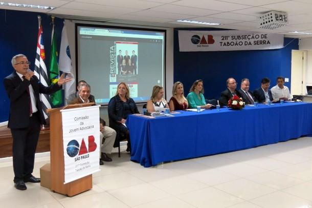 Presidente da OAB de Taboão da Serra, Dr. Moacir Tertulino apresenta revista e entrega carteira aos novos advogados (Foto: Sandra Pereira / Jornal na Net)