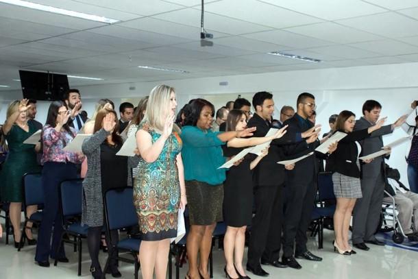 Novos advogados e estagiários recebem a carteira da Ordem dos Advogados do Brasil em cerimônia na Faculdade Fecaf. (Foto: Sérgio Nóbrega / OAB Taboão da Serra)