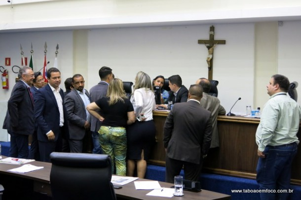 Não faltaram reuniões - no plenário ou reservadas - para discutir as emendas do projeto de regularização.