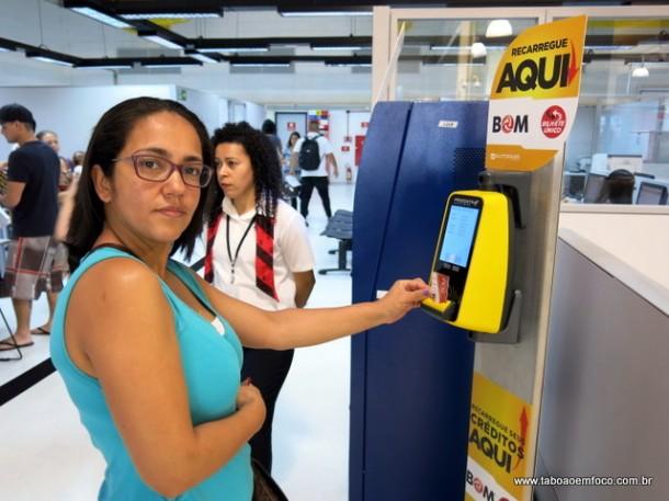 Usuária do transporte público celebra inauguração do Posto do Cartão Bom no Poupatempo de Taboão da Serra.
