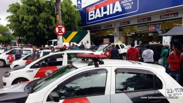 Polícia Militar cerca loja das Casas Bahia no Centro de Taboão da Serra e prende dois homens que roubavam no local.