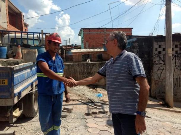 Vereador André Egydio visita conclusão das obras de revitalização de água e esgoto no Jardim Record. (Foto: Divulgação)