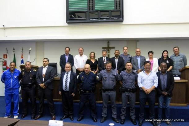 Autoridades policiais, políticos e outras lideranças participam de audiência pública para discutir segurança.