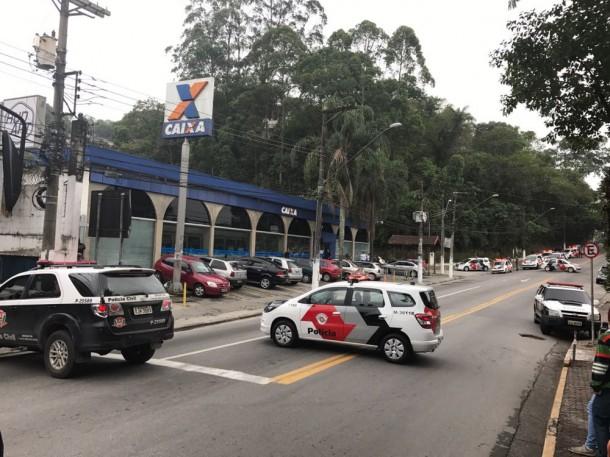 Polícia agiu rapidamente e cercou agência da Caixa no Centro de Embu das Artes. Três bandidos foram presos. (Foto: Reprodução / Twitter Rádio Trânsito)