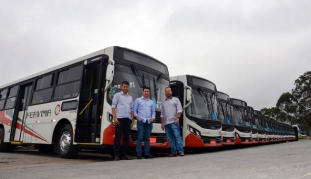 Vereadores da Comissão de Transportes, Johnatan, Marcos Paulo e Carlinhos, elogiam os novos veículos. (Foto: Divulgação / CMTS)