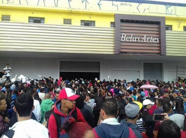 Vagas de empregos para futuro padaria no Pirajuçara atrai milhares de desempregados. (Foto: Reprodução / Thamiires Oliveira)