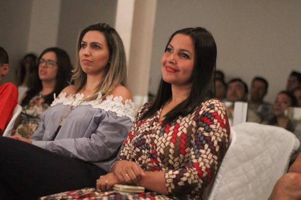 A presidente Joice Silva e a vereadora Priscila Sampaio foram algumas das expectadoras do Concerto na Câmara Municipal. (Foto: Thiago Walter / Divulgação)
