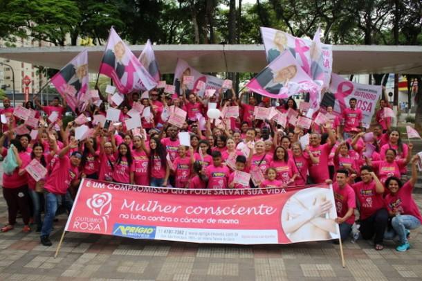 Luzia Aprígio, Aprígio e mais de 250 voluntários participaram da mobilização em prol da luta contra o câncer de mama no 7º Pedágio Outubro Rosa, no centro de Taboão. (Foto: Divulgação)
