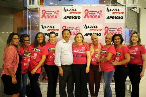 Luzia Aprígio, Aprígio e as modelos, pacientes em tratamentos e curadas do câncer de mama no evento Outubro Rosa realizado no dia 19/10 no Taboão Plaza Outlet. (Foto: Divulgacão)