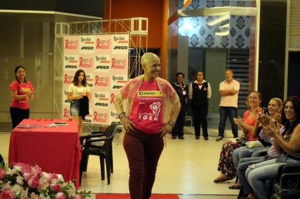 Lucilene Lopes e mais oito mulheres que estão em tratamentos e curadas do câncer de mama brilharam na passarela durante desfile de moda. (Foto: Divulgação)