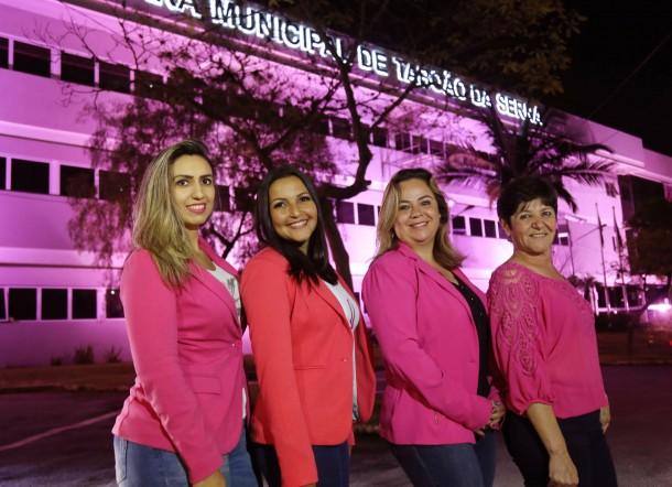 Vereadoras Priscila, Joice, Érica e Rita vestem rosa para reforçar a importância da prevenção do câncer de mama. (Foto: Divulgação / CMTS)