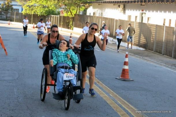 Atleta com paralisia corre pelas ruas