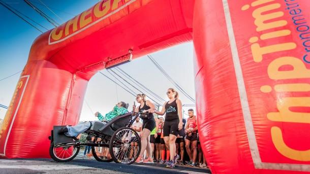 Com paralisia cerebral, Paulo César corre 4 km com ajuda de irmã e amiga durante corrida de rua em Taboão da Serra. (Wladimir Raeder / Pop Run)