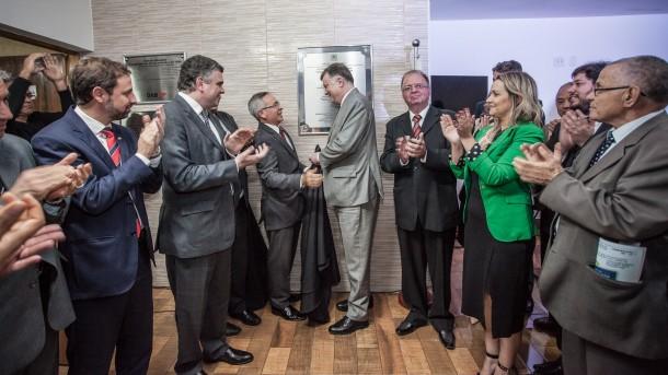 Presidentes da OAB Taboão da Serra Dr. Moacir Tertulino e da OAB-SP Dr. Marcos da Costa descerram placa de inauguração da nova Casa da Advocacia. (Foto: Wladimir Raeder/Divulgação/OAB Taboão)