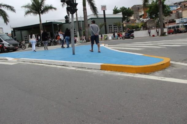 Ilha de segurança para travessia dos pedestres foi instalada em frente ao Poupatempo. (Foto: Charles Eliseu / PMTS)