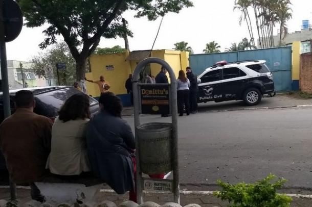Polícia na porta da Prefeitura de Embu-Guaçu durante operação nesta terça (21). (Foto: Reprodução / Celsinho Vasconcellos)