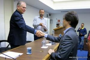 Depois do embate, secretário Gerson e o advogado da Viação Pirajuçara Antônio N. Gomes da Silva se cumprimentam após audiência pública.