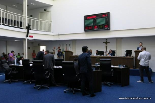 Vereadores durante a sessão legislativa na Câmara de Taboão da Serra.