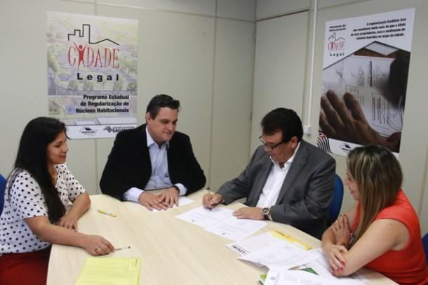 Prefeito Fernando Fernandes renovou o convênio com o Programa Cidade Legal para dar continuidade as regularizações de aproximadamente cinco mil famílias (Foto: Ricardo Vaz / PMTS)