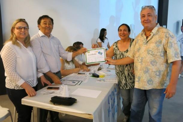 Vanderlei Silva, contemplado no Grupo 9, recebe o certificado das mãos do presidente Aprígio.