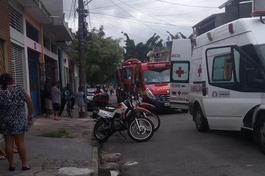 Equipes dos Bombeiros e até o helicóptero Águia da PM realizaram o resgate dos dois pedreiros que caíram e tiveram ferimentos graves. (Foto: Reprodução / Facebook Edna Rodrigues)