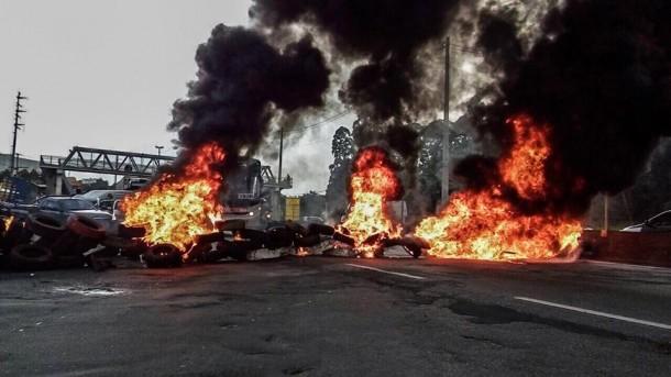 Foram queimados pneus e colchões na Rodovia Régis Bittencourt, em Taboão da Serra. (Foto: Luiz Henrique / Reprodução Mídia Ninja)