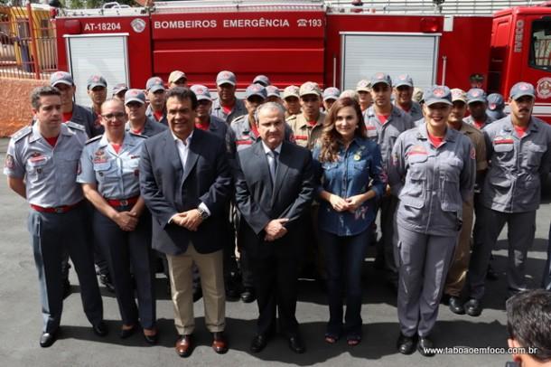 Bombeiros e politicos no quartel de Taboao da Serra