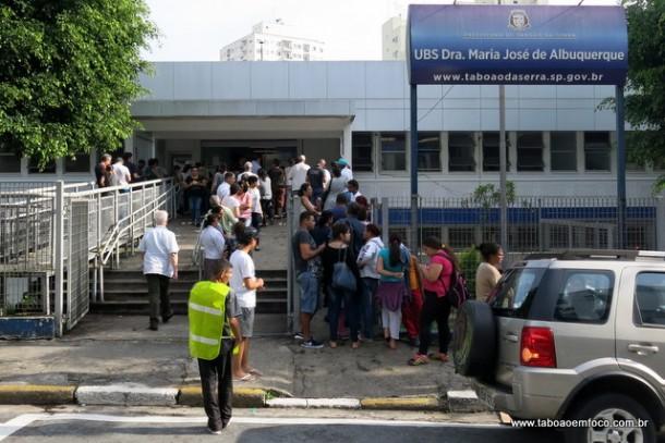 Moradores de Taboão da Serra madrugam na fila para conseguir se vacinar contra febre amarela.
