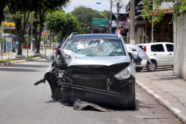 Veículo bateu no poste e ficou destruído após suspeitos baterem em poste durante perseguição policial, que terminou com um ferido e um morto.