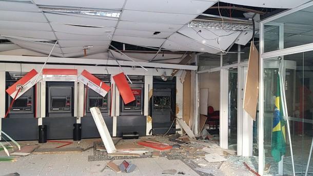 Agência em Juquitiba destruída após explosão feita por bandidos. (Foto: Repórter Favela)