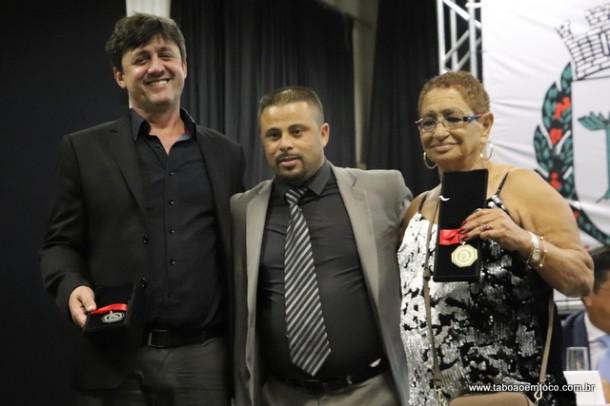 Alex Bodinho e os homenageados Ali Sati e Ana Regina da Silva Alves