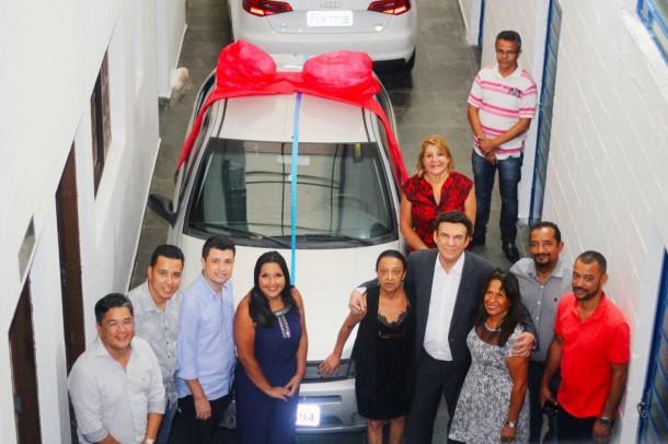Vereadores, representantes da ADT e o deputado Campos Machado durante entrega de veículo a instituição. (Foto: Divulgação / CMTS)
