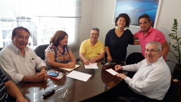Gleides (de preto) tenta convencer o ex-prefeito Buscarini (amarelo) a se filiar no PDT. (Foto: Reprodução)