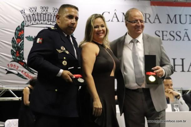 Erica Franquini e os homenageados Sandro Leo e Laercio Lopes