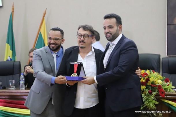 Vereador Hugo Prado homenageou o vice-prefeito Dr. Peter, que recebeu a medalha ao lado do prefeito Ney Santos.