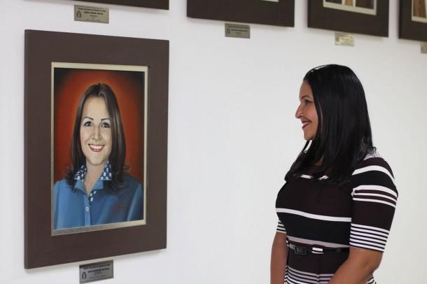 Galeria de ex-presidentes da Câmara era composta só por homens e agora conta com a primeira imagem de uma mulher. (Foto: Divulgação / CMTS)