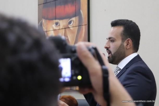 Ney Santos falou em tribuna, gravou junto a assessores e rapidamente foi embora para não dar entrevista.
