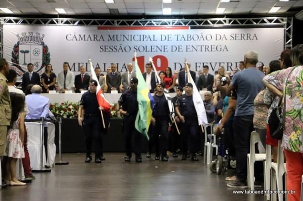 """Sessão solene celebra os 59 anos de Taboão da Serra com entrega da medalha """"19 de fevereiro""""."""