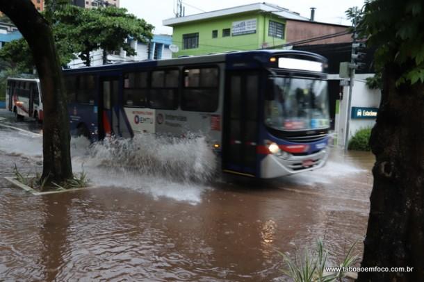 2018.03.20 Onibus atravessa alagamento em Taboao da Serra