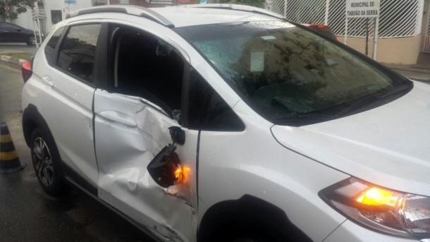 Duas pessoas ficaram feridas em acidente entre carro e moto no Centro de Taboão da Serra. (Foto: Reprodução)
