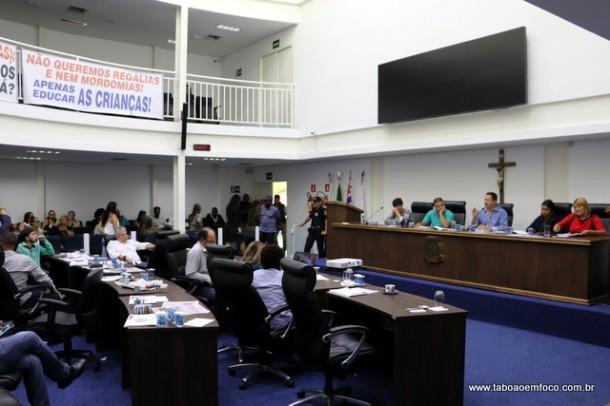Vereadores e servidores da assistência social falam sobre trabalho da pasta e corte de convênio com ONG.