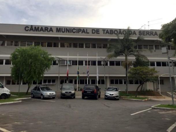 Durante três dias as bandeiras do pátio externo da Casa de Leis vão permanecer a meio mastro. (Foto: Divulgação / CMTS)