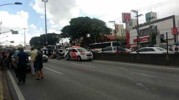 Após perseguição, bandidos batem veículo roubado em pelo menos quatro carros. (Foto: Reprodução)