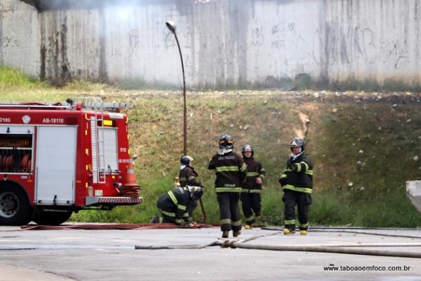 Bombeiros em incendio em Taboao da Serra