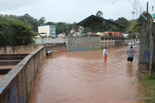 Córrego Poá transbordou por volta das 17h e deixou moradores desesperados.