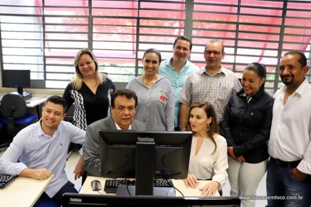 Prefeito Fernando Fernandes, Analice Fernandes e vereadores durante visita a Etec Taboão da Serra.