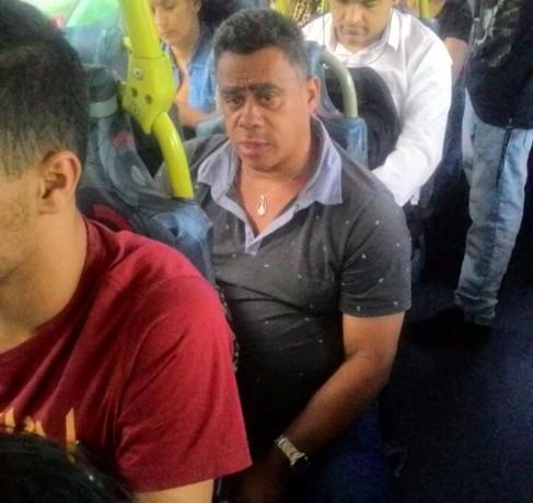 Homem que aproveitou lotação de ônibus para acariciar passageira em linha que liga Embu a São Paulo. (Foto: Reprodução)