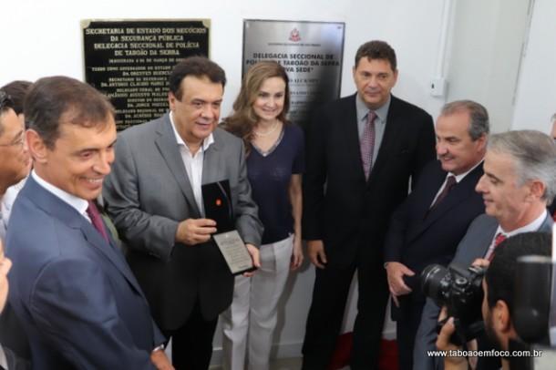 Ao lado do prefeito Fernando Fernandes e a deputada Analice, Secretário Mágino Alves inaugura oficialmente a Delegacia Seccional de Taboão da Serra.