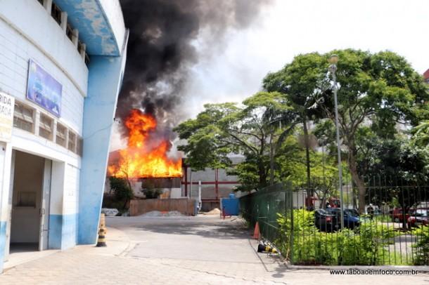 Incêndio atingiu galpão de inservíveis da RCRambiental. (Foto: Arquivo).