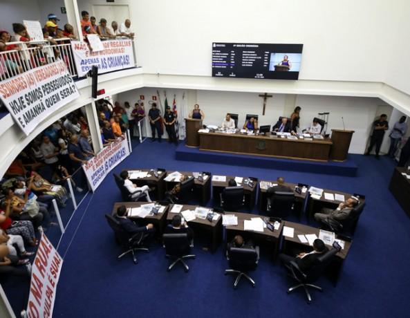 Pais e alunos lotam sessão da Câmara de Taboão da Serra. (Foto: Leandro Barreira / CMTS)